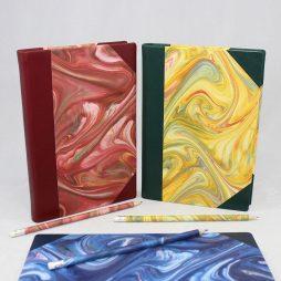 """Notizbuch """"Marmor"""" – mit Marmorpapier bezogenes Notizbuch mit Buchrücken und Ecken aus Leder"""