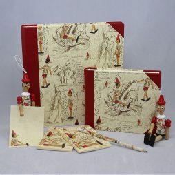 Fotoalbum Pinocchio mit rotem Kunstleder und Designpapier