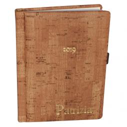 Kalender im Taschenformat in Korkoptik mit Namensprägung