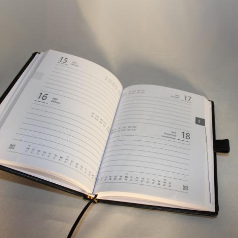Kalender im Taschenformat in Straußenoptik schwarz mit Namensprägung