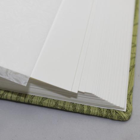 Fotoalbum Hekla in Grün – gewebter Stoffeinband aus Baumwolle mit modernem Rosenmuster