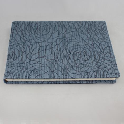 Gästebuch Hekla quer in Blau – Gästebuch im Stoffeinband mit 144 blanko Seiten und modernem Rosenmuster