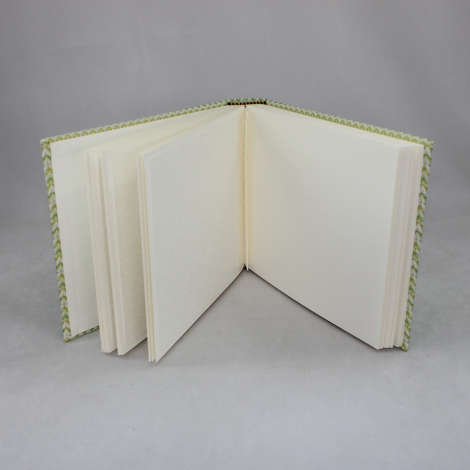 Fotoalbum Green Wave im Querformat – in grünem Wellenmuster gewebter Stoffeinband aus Baumwolle