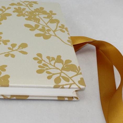 Foto-Gästebuch Francis mit goldenem Webmuster in Blattform und Schleife zum Verschließen – Fotoalbum und Gästebuch in einem