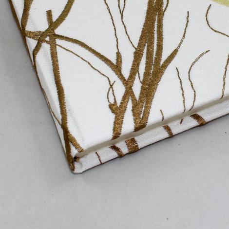 Gästebuch Jasmin quer – mit Zweigen besticktes Gästebuch im Stoffeinband mit 144 blanko Seiten