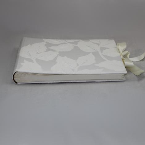 Foto-Gästebuch Dardago mit raffiniertem Webmuster in Blattform und Schleife zum Verschließen – Fotoalbum und Gästebuch in einem