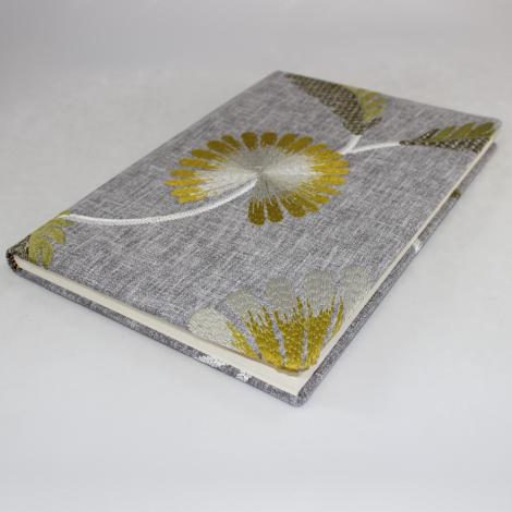 Gästebuch Willow hochkant im Stoffeinband mit floraler Stickerei – Blankobuch mit besticktem Stoffeinband