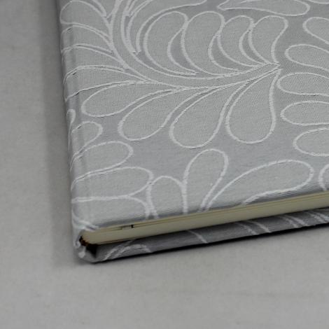 Gästebuch Zara quer in Grau mit Webmuster aus Blattranken – Blankobuch im Stoffeinband