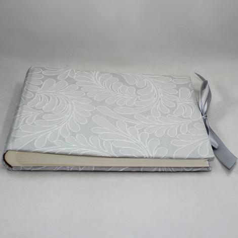 Foto-Gästebuch Zara in Grau mit raffiniertem Webmuster in Blattform und Schleife zum Verschließen – Fotoalbum und Gästebuch in einem