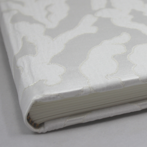 Foto-Gästebuch Davoli in weiß – Stoffeinband mit raffiniertem Webmuster in Korallenform – Fotoalbum und Gästebuch in einem