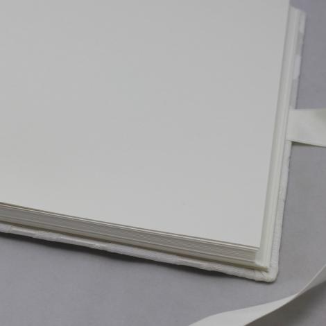 Foto-Gästebuch Davoli mit raffiniertem Webmuster in Korallenform und Schleife zum Verschließen – Fotoalbum und Gästebuch in einem