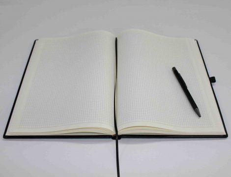 Notizbuch (kariert) mit Namensprägung in Schwarz