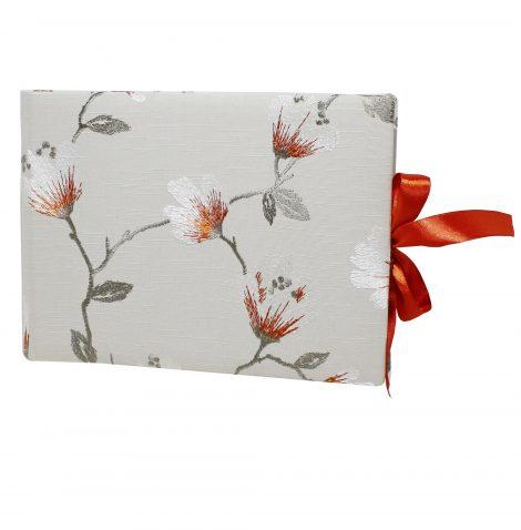 Gästebuch Hazel mit Blumenstickereien und Satinschleife